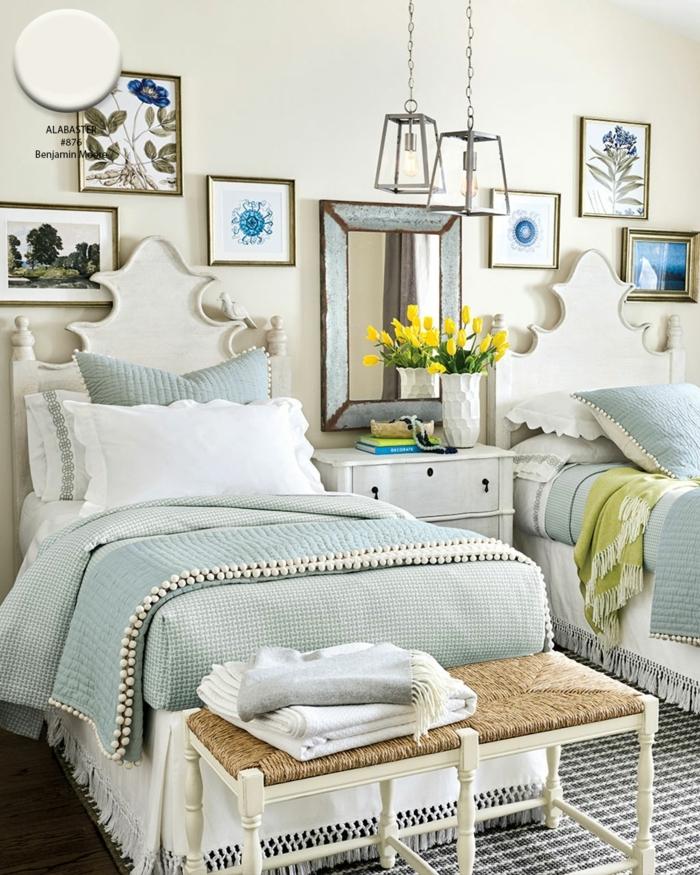habitacion matrimonio con dos camas cabecero vintage, muchos cuadros decorativos en la pared