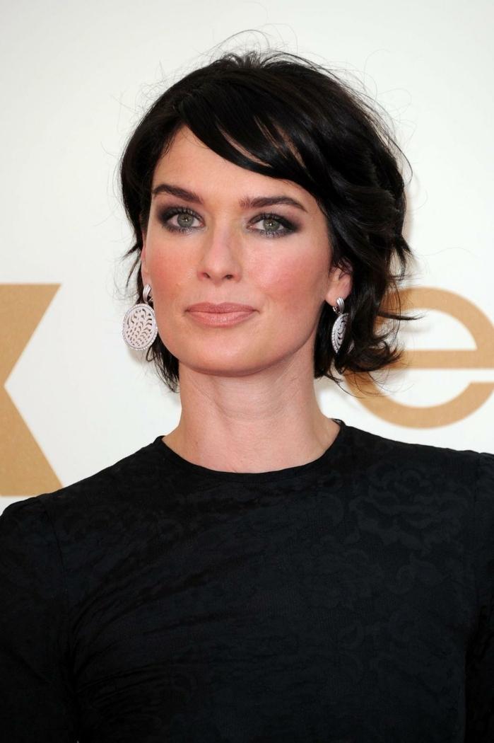 flequillo despuntado, actriz de Game of thrones con corte de pelo bob con flequillo ladeado y vestido negro