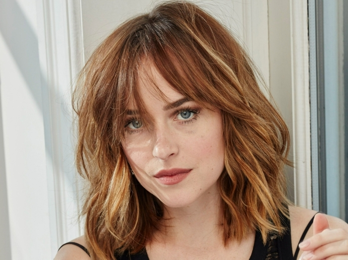 flequillo despuntado, Dakota johnson con media melena ondulada con flequillo largo despeinado y mechas rubias