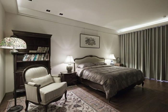 decoracion de habitaciones matrimoniales con cama matrimoniaal con sábanas en marrón con cortinas en la ventana