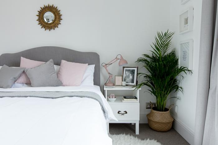 habitacion matrimonio en colores pastel, paredes en blanco con cuadros decorativos, cama con cabecero en gris
