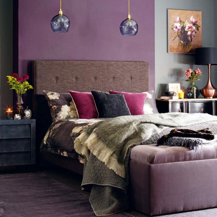 interior de encanto en morado, cama con cabecero en color marrón, lámparas colgantes