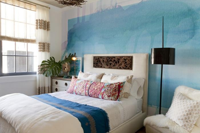 habitacion matrimonio decorada con estilo, plantas verdes y muebles en beige, cabecero original