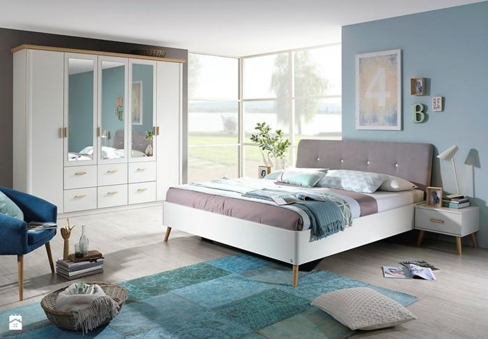 decoracion de habitacion con paredes en color azul y marrón con armario en blanco con espejos y alfombra azul