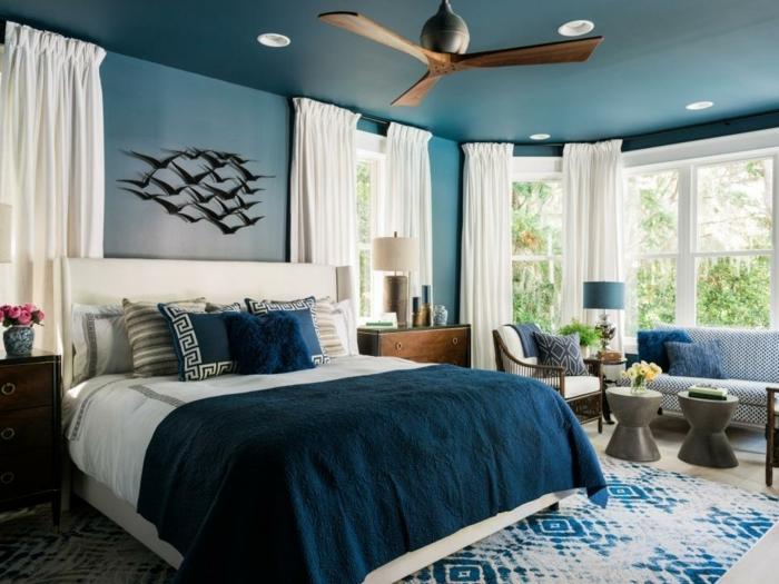 decoracion de habitaciones con paredes en azul pastel con decoracion de pájaros encima de la cama