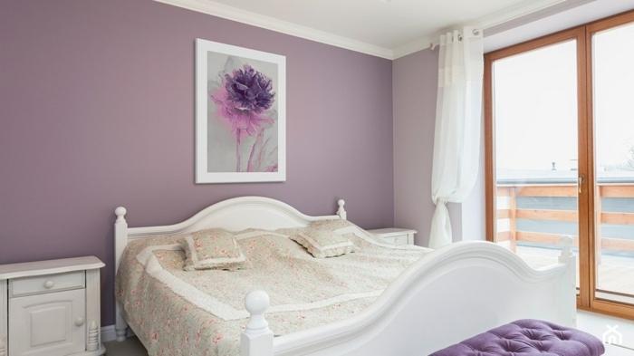 decoracion de habitacion con paredes en color lila, cuarto con cuadro con una flor en morado y rosa en marco blanco
