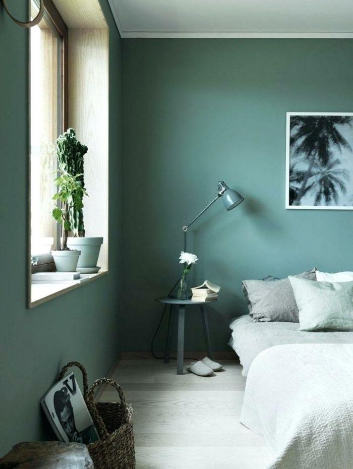 decoracion de habitacion con paredes en verde, cama con cojines de diferentes colores, parquet de color claro