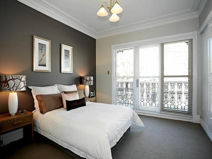 decoracion de habitaciones matrimoniales, paredes en beige y en marrón oscuro con cuadros y ventanas grandes