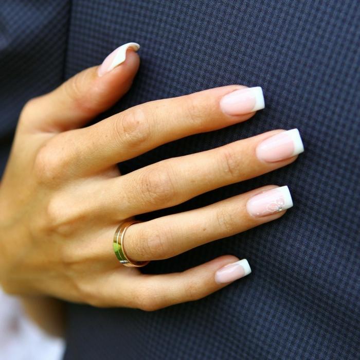 como hacer manicura francesa clásica, uñas largas forma cuadrada con pequeños flores decorativos