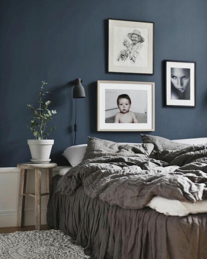 decoracion dormitorio matrimonio con paredes en azul pastel decorado con cuadros de personas y planta