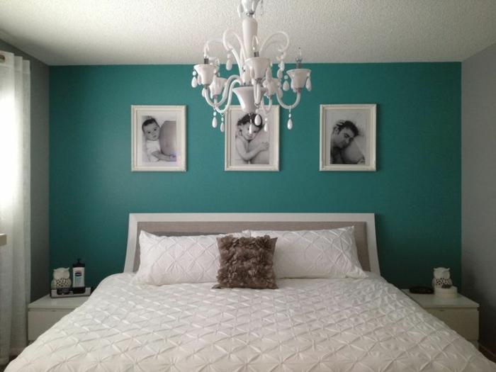 decoracion dormitorio matrimonio con paredes en azul pastel con araña de luces y cama con encimera blanca