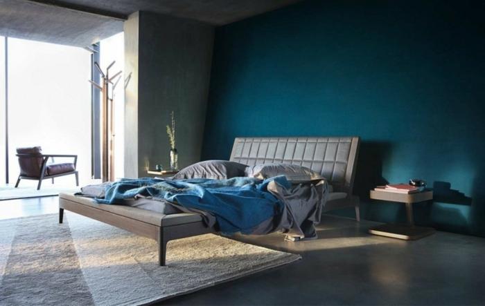 decoracion dormitorio matrimonio con paredes en azul oscuro, alfombra en gris y blanco con ventana grande