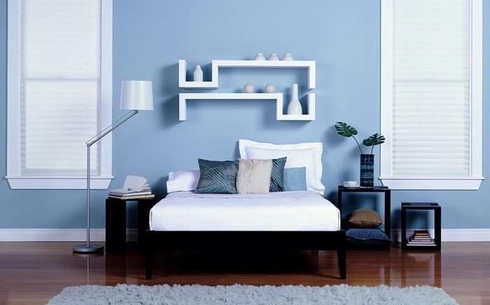 decoracion de habitaciones matrimoniales con paredes en azul y ventanas en los dos lados de la cama en blanco