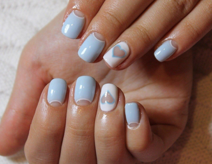 como hacer manicura francesa con decorado, uñas cortas ovaladas en azul pastel y blanco