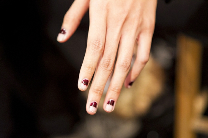 ideas de uñas decoradas en estilo minimalista, manicura french invertida en rojo bordeos, uñas decoradas en rojo y dorado