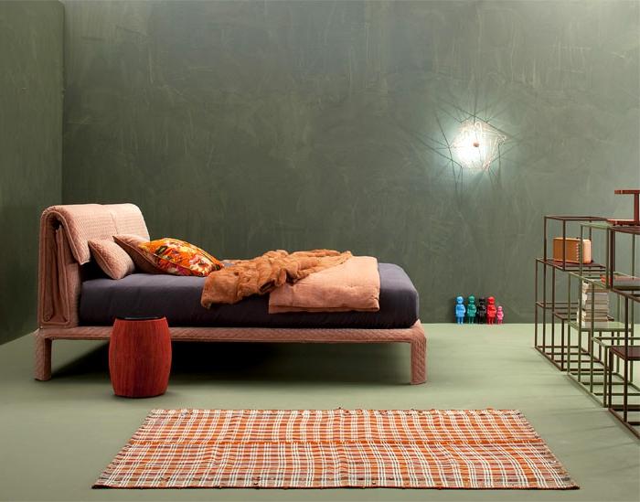 como decorar una habitacion pequeña de manera moderna y original, cama en color rosado, paredes en verde