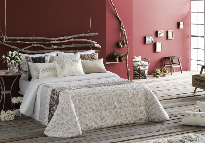 como decorar una habitacion pequeña a la última moda, paredes en color bordeos, cabecero DIY