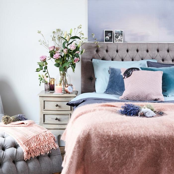 decoracion de dormitorios matrimoniales decoradas en colores pastel, cama con cabecero gris en capitoné
