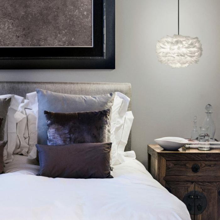 decoracion de dormitorios matrimoniales en colores terrestres, paredes en gris claro, muchos cojines decorativos