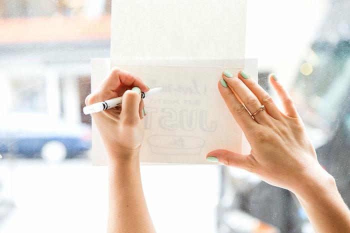 regalos amigas originales, pasos para hacer un dibujo con acuarelas y mensaje escondido