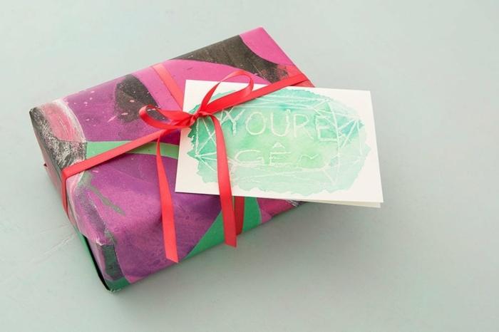 ideas para regalar a una amiga para su día especial, tarjeta hecha con acuarelas con mensaje escondido