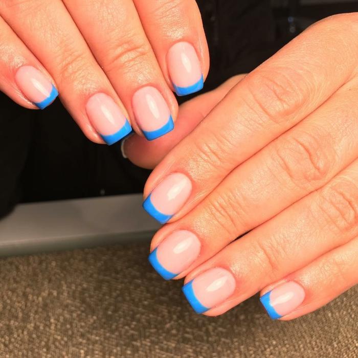 uñas acrilicas decoradas en tonos llamativos, ideas de manicura para el verano, uñas francesas decoradas en azul