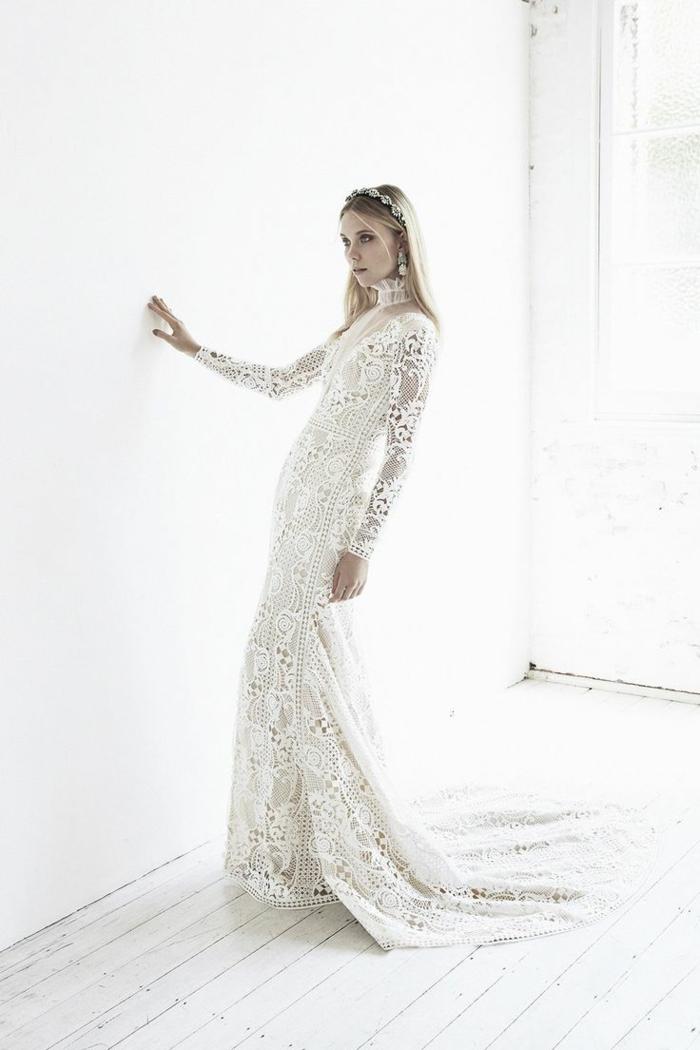 alucinante diseño de encaje con mangas largas y escote cerrado, vestidos ibicencos para boda