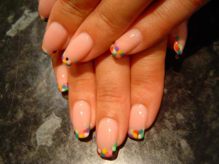 ideas colorida uñas acrilicas decoradas, uñas muy largas en forma cuadrada con puntos en diferentes colores en la punta