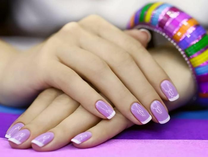 uñas acrilicas decoradas en lila y blanco, últimas tendencias en manicura primavera verano 2018, uñas decoradas francesa de colores