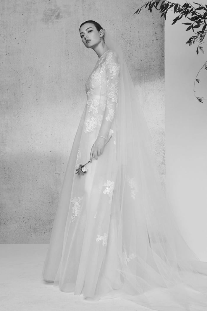 vestido muy largo de encaje y tul, ideas ropa ibicenca mujer, precioso diseño corte princesa con estampados de flores en blanco