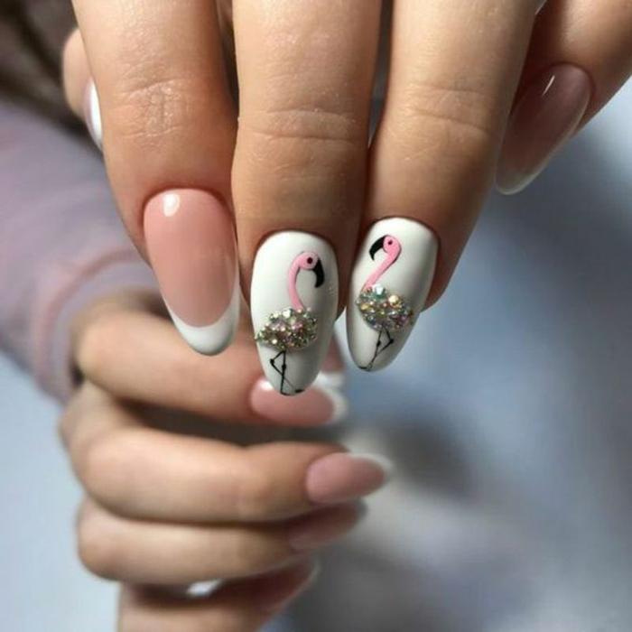 decorado de uñas con detalles originales, uñas en blanco y beige con puntas en blanco y dibujos de flamencos