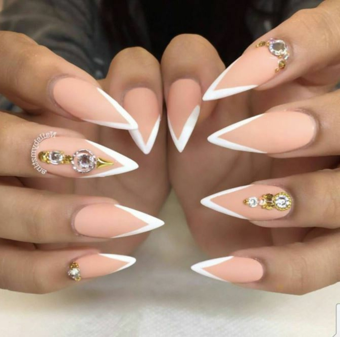 diseño de uñas muy largas en beige y blanco, decorado de uñas largas afiladas con cristales