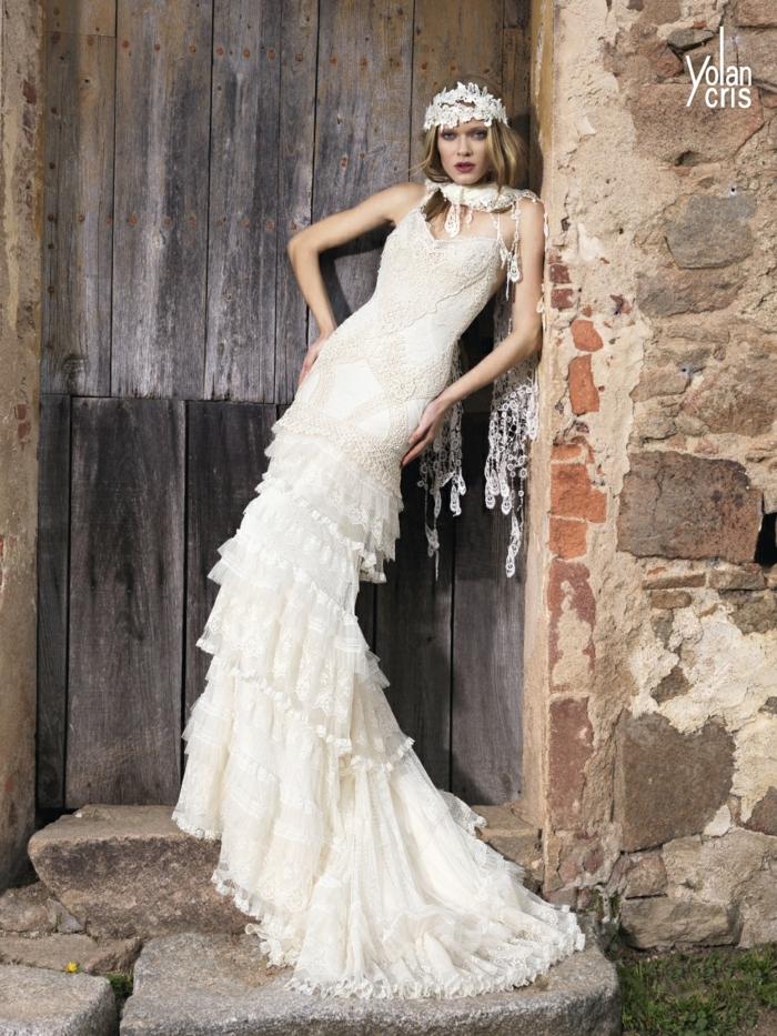 ropa ibicenca mujer bonitos diseños para novias, largo vestido con falda en capas y tiara de flores en la cabeza
