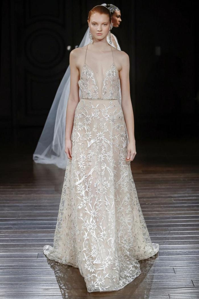 alucinante diseño en color marfil con grande escote y correas muy finas, vestido ibicenco boda 2018