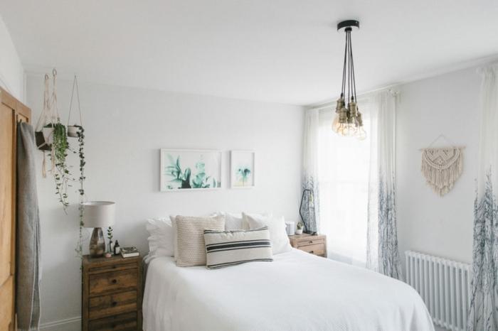 decorar habitacion matrimonio pequeña en colores claros, cama matrimonio, plantas verdes y cuadros