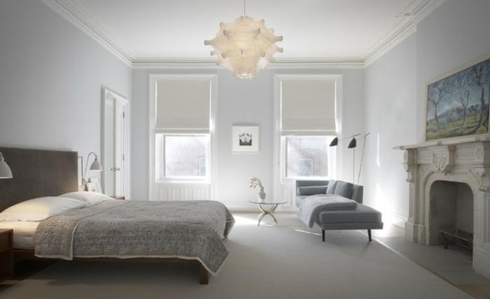 dormitorio gris y blanco con paredes en color azul claro y techo blanco con sofá en azul, ventanas en los dos lados