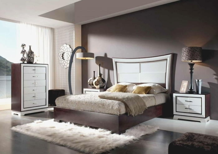 dormitorio gris y blanco con alfombra de pelos en blanco, cama con encimera alta y paredes en blanco y marrón