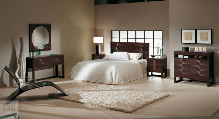 dormitorio gris y blanco con paredes en beige con suelo con alfombra en color crema de pelos y armario en marrón