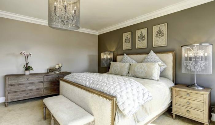 dormitorio gris y blanco con paredes en marrón claro y oscuro con techoo blancao y decorado con cuadros