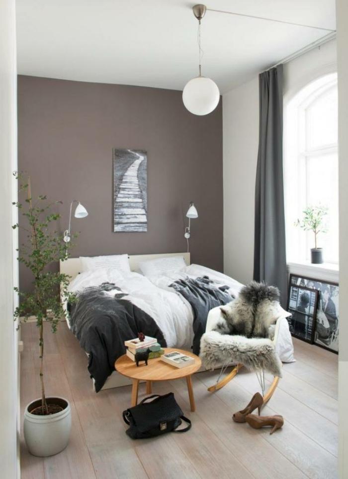 como decorar una habitacion de matrimonio moderna en colores terrestres, plantas verdes y suelo de madera