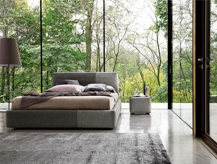 decorar habitacion matrimonio pequeña con grandes ventanales, cama doble, suelo de mármol, decoración en gris y beige