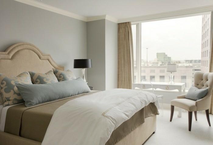 dormitorio matrimonial con paredes en color azul claro y con techo blanco con ventana grande con cortinas