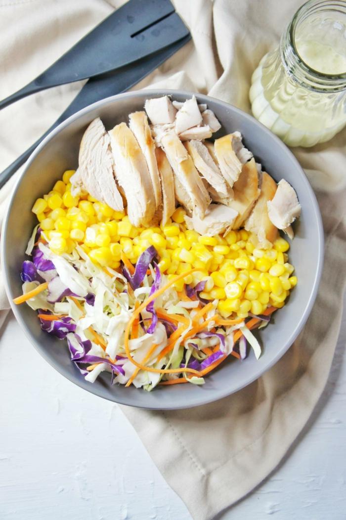 propuestas de comidas faciles y sanas en fotos, ensalada de maiz, col y pechuga de pollo