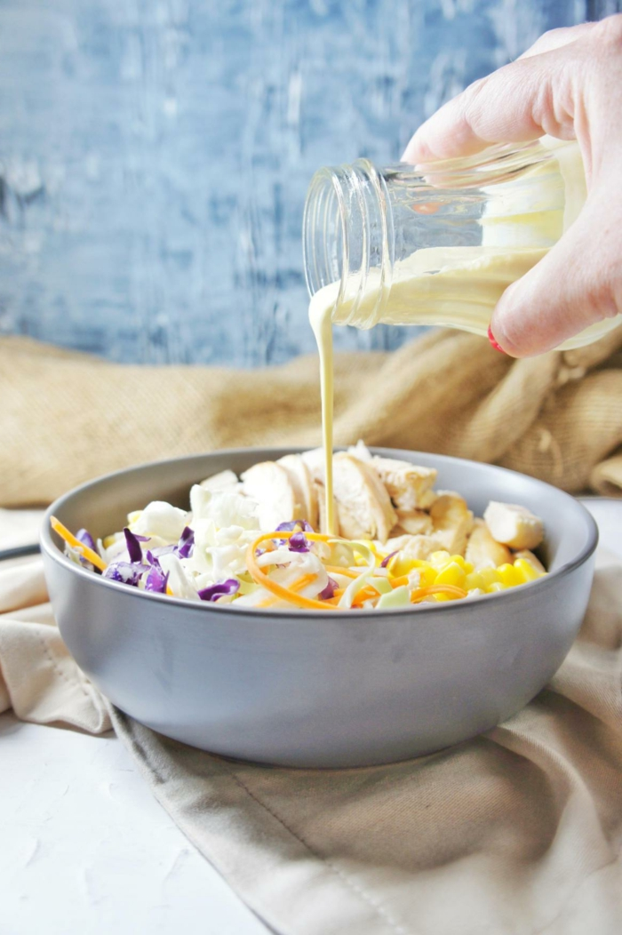 ricas ideas de comidas para hacer en casa, col rojo, pechuga de pollo, maiz y salsa casera
