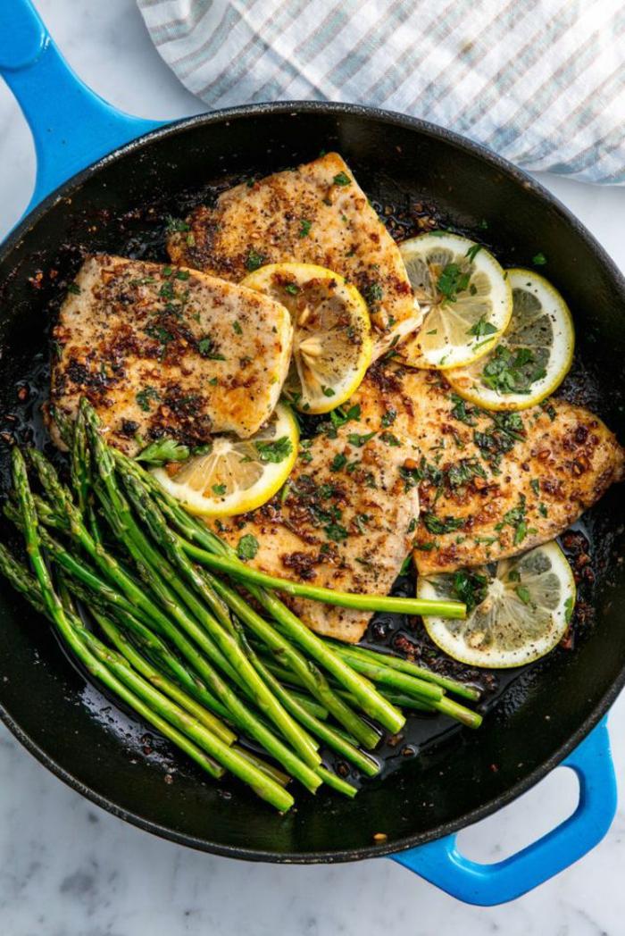 filetes de pescado con esparragos y limones, recetas faciles y rapidas para comer paso a paso