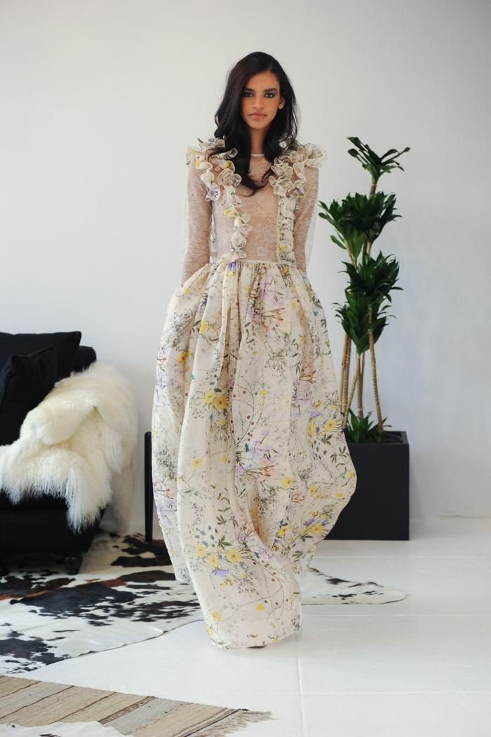 vestido ibicenco boda en colores pastel, vestido en color marfil con estampado de flores