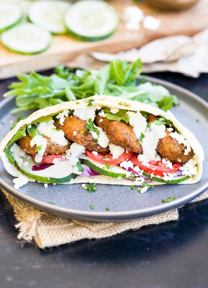 cenas ligeras y rapidas para hacer en casa, tortilla con queso griego con pepinos, tomates