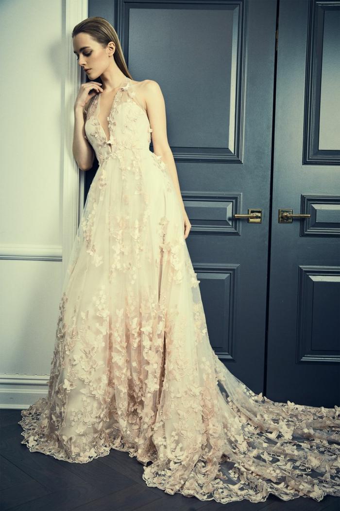 precioso diseño en color champán con estampados de flores, vestido ibicenco boda 2018