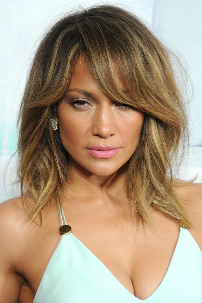 como peinar el flequillo, Jennifer Lopez con melena media con flequillo ladeado largo y labial rosa