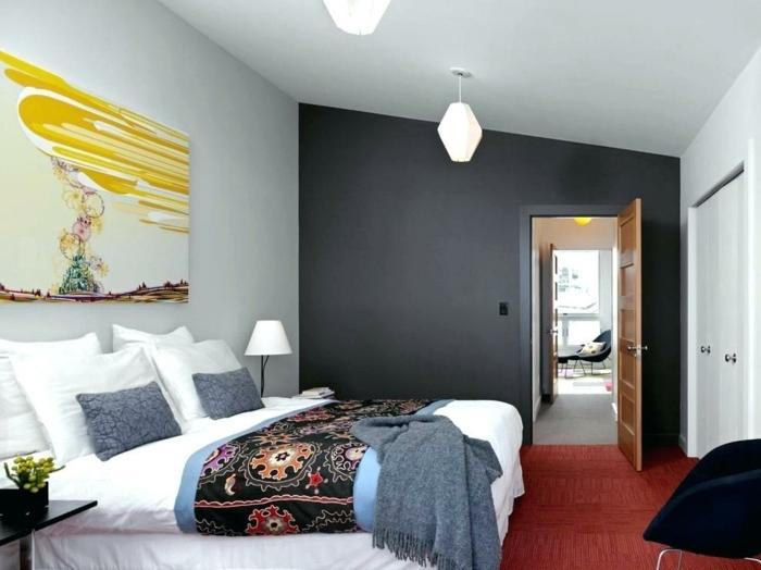 feng shui dormitorio con cama con sábanas blancas con manta con motivos étnicos con pared en azul oscuro